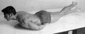 Упражнение Ножницы лежа на животе при простатите