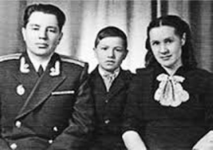 Маленький Юра Шевчук с мамой и папой.