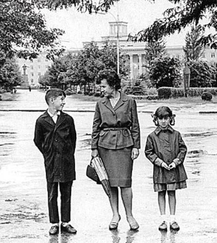 Юрий Шевчук с мамой и сестрой Наташей.